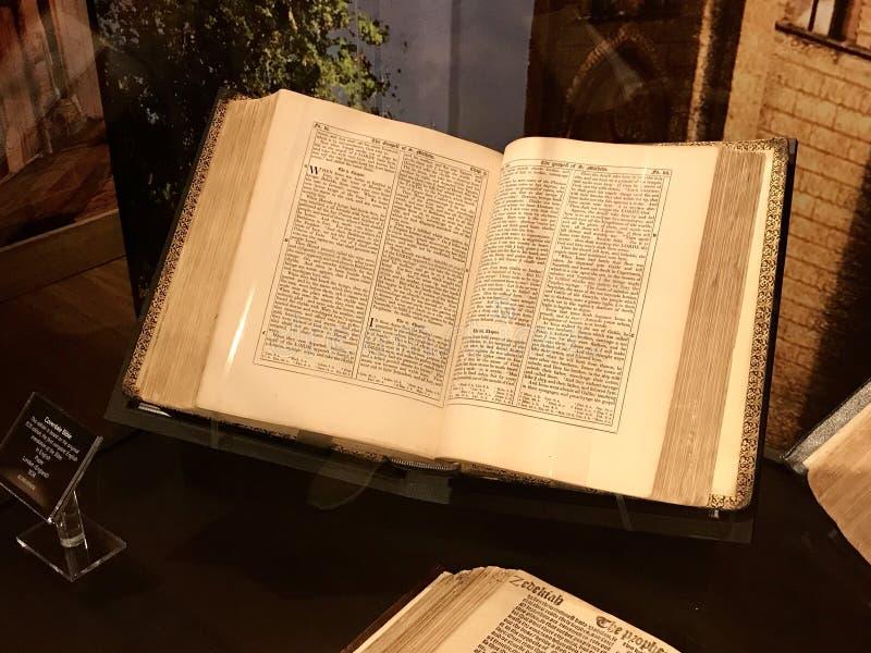 Bibbia di Coverdale che è la prima traduzione in inglese completa fotografia stock libera da diritti