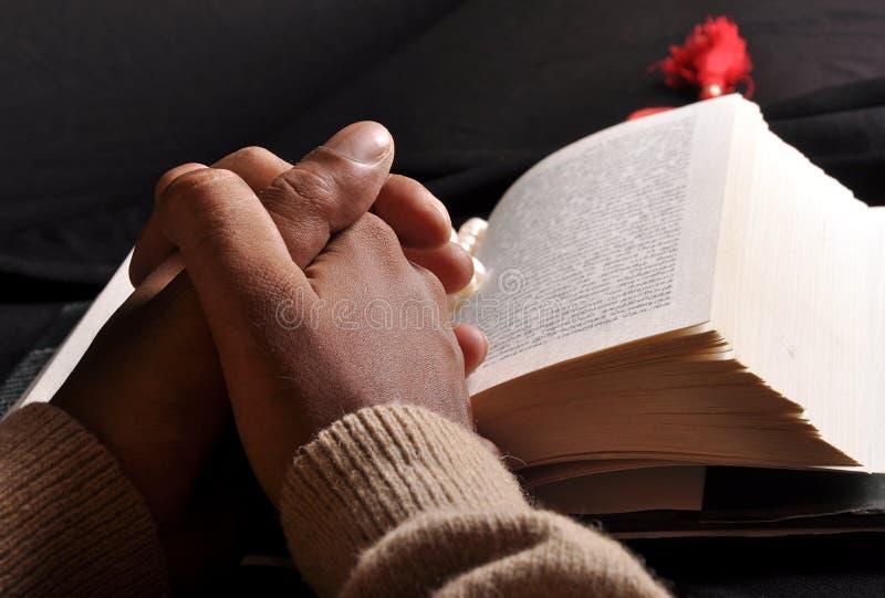 Bibbia di preghiera delle mani fotografie stock libere da diritti