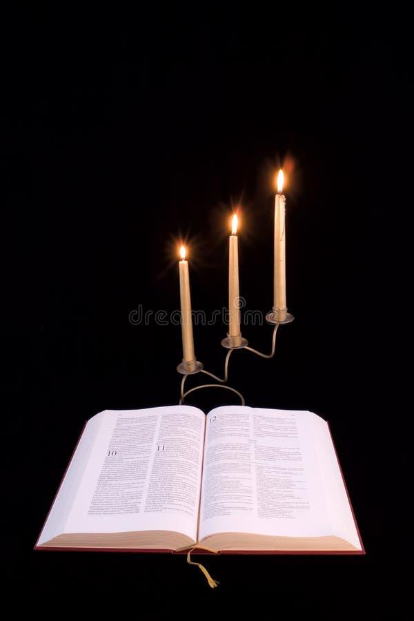 Bibbia e lampadari fotografia stock libera da diritti