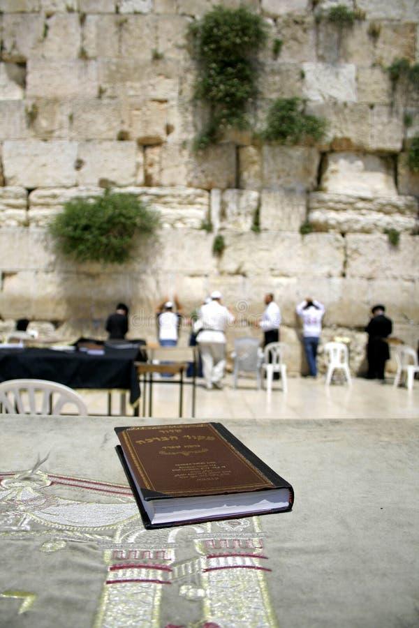 Bibbia ebrea sulla tabella immagine stock