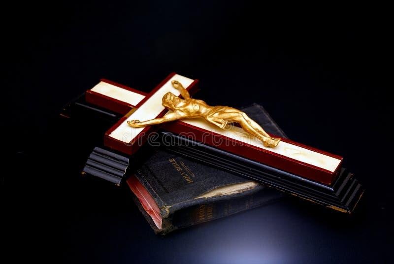 Bibbia santa e traversa fotografia stock