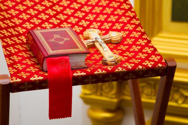 Bibbia santa ed incrocio ortodosso fotografie stock