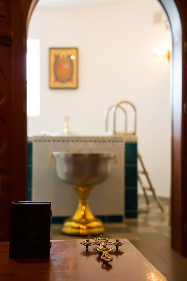 Bibbia santa, incrocio ortodosso e ciotola immagini stock libere da diritti
