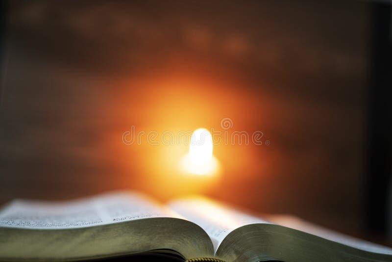Bibbia santa nell'ambito di lume di candela fotografia stock libera da diritti