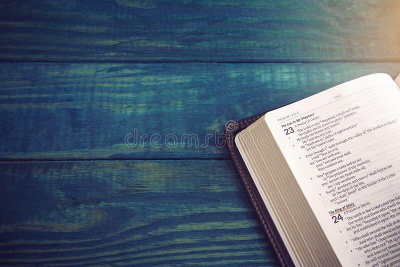 Bibbia santa su una Tabella di legno blu fotografia stock