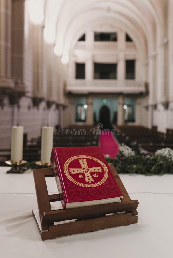 Bibbia santa sulla tavola durante la massa nuziale di cerimonia di nozze Concetto di religione Ornamenti cattolici del eucharist  immagine stock libera da diritti