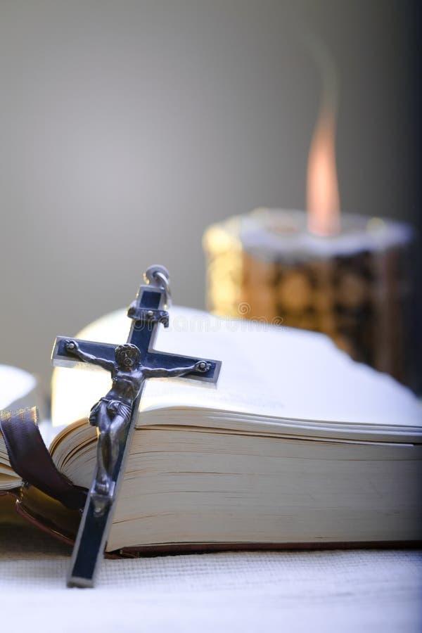 Bibbia trasversale e santa fotografie stock
