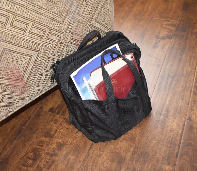 bibbie in cartella nera che porta la letteratura religiosa fotografia stock