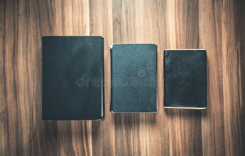 Bibbie chiuse sui precedenti di legno fotografia stock