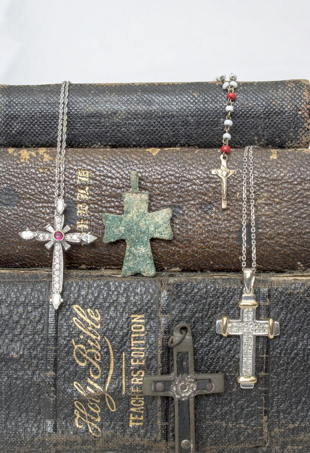 Bibbie di cuoio antiche con gli incroci antichi e moderni su bianco fotografie stock