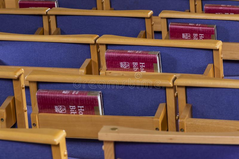 Bibbie sante e sedie in chiesa immagini stock libere da diritti