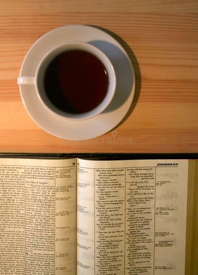 Bibel auf dem Tisch mit dem Tasse Kaffee lizenzfreies stockbild