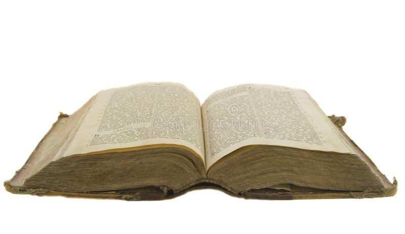 Bibel för gammal bok som är öppen för isolerat att läsa på vit royaltyfri fotografi