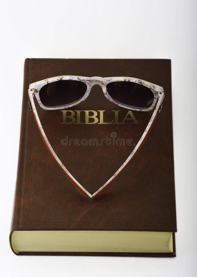 Bibel gestaltete Sonnenbrille stockbild