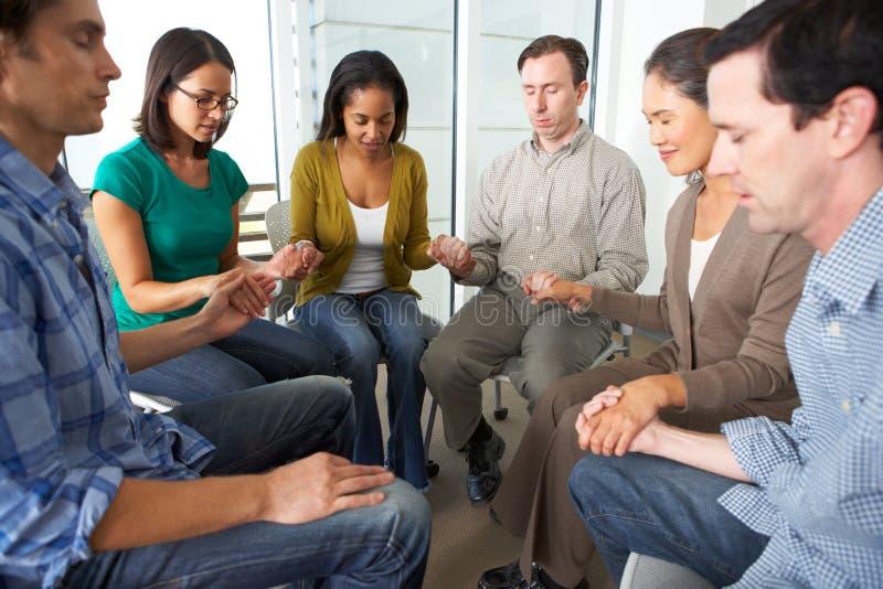 Bibel-Gruppe, die zusammen betet stockbild