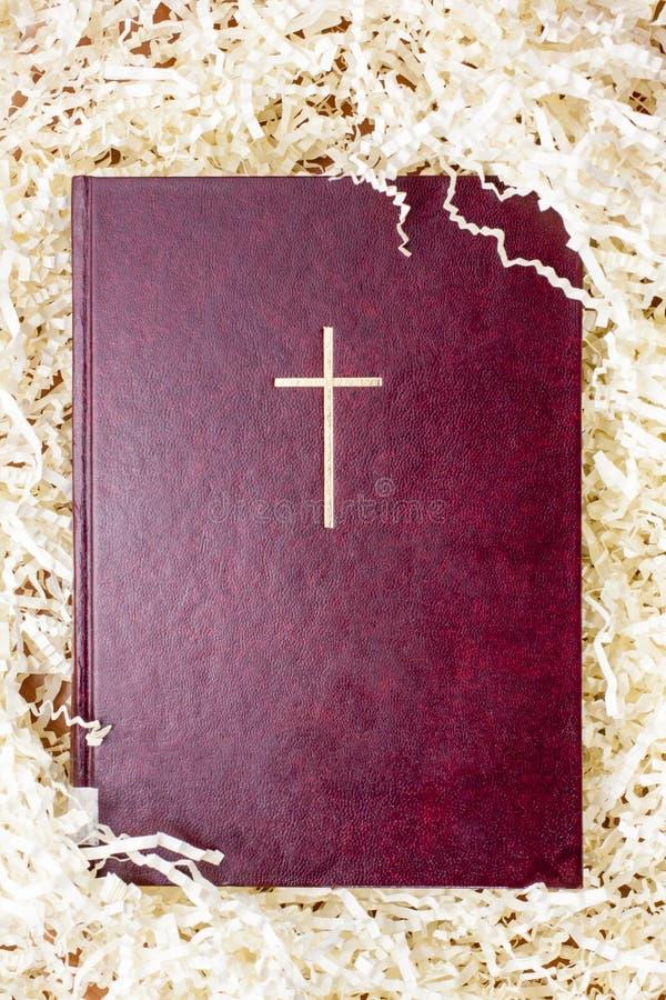 Bibel med guldkorset i den pappers- fyllningen arkivfoton