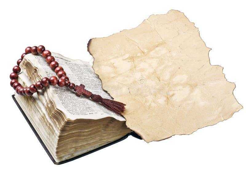 Bibel med radbandet och gammalt papper royaltyfria foton