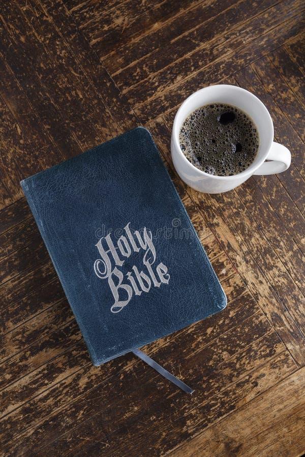 Bibel och kaffe royaltyfri fotografi