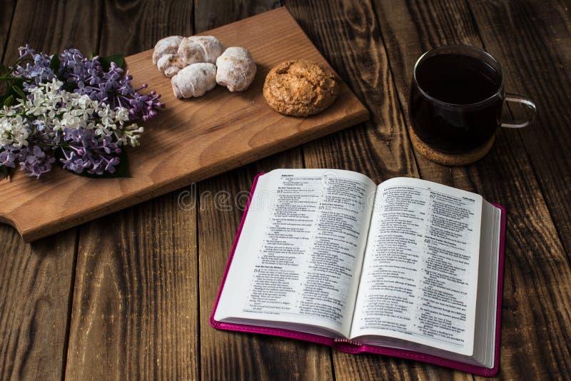 Bibel och kaffe arkivbild