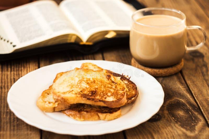 Bibel- och kaffefrukost med rostat bröd royaltyfria bilder