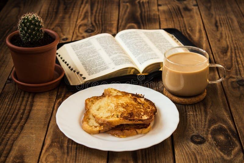 Bibel- och kaffefrukost med rostat bröd royaltyfri fotografi