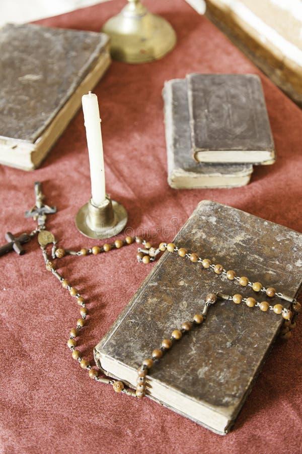 Bibel och radband som ska bes arkivbild