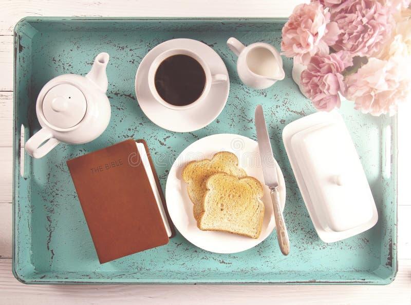 Bibel på en frukost Tray Ready för en personlig bibelstudie royaltyfria bilder