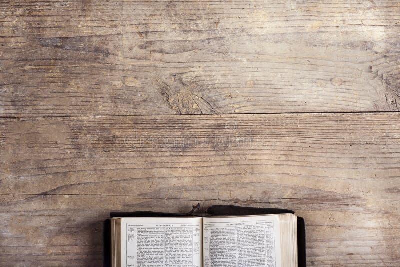 Bibel på ett träskrivbord royaltyfri bild