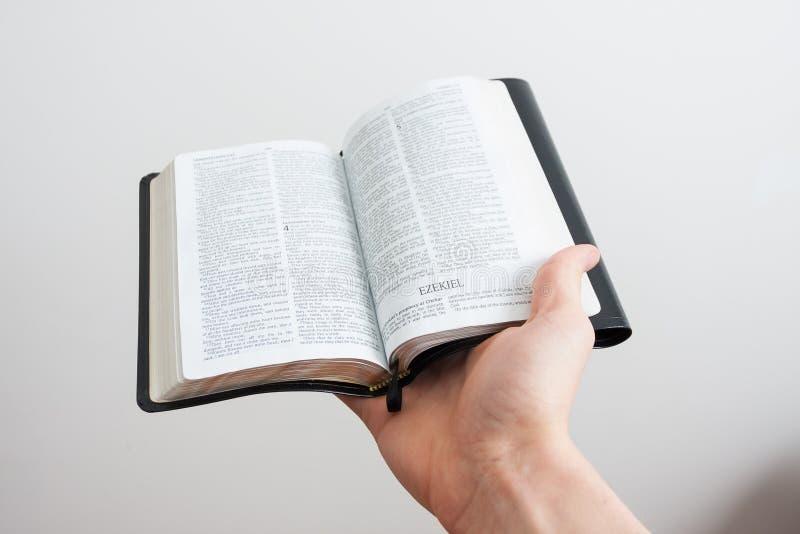 Bibel som är öppen till Ezekiel arkivfoton
