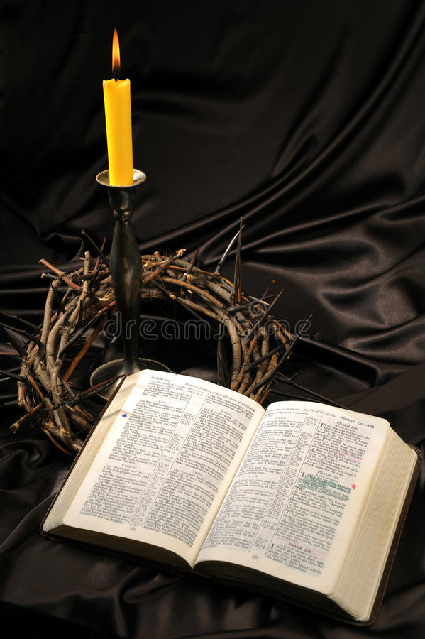 Bibel und Dornenkrone lizenzfreie stockbilder