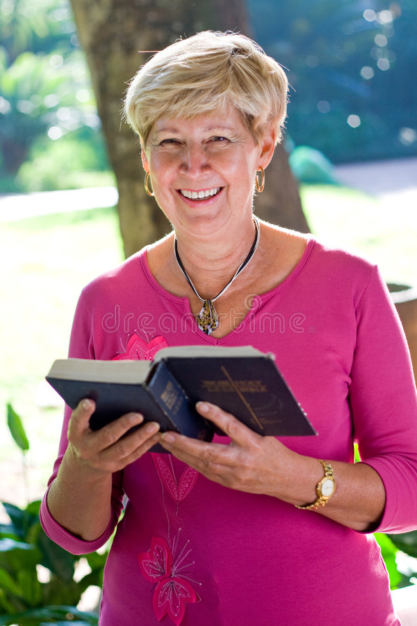 bibelavläsningskvinna royaltyfria bilder