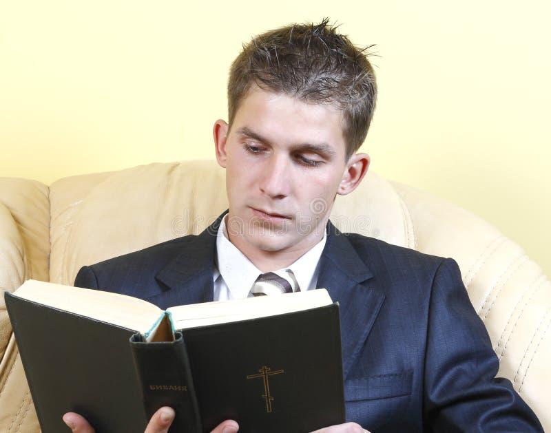 bibelgrabben läser dräktbarn royaltyfria bilder