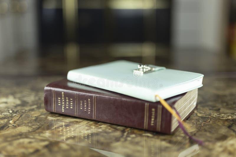 Bibeljournalismus und -zeit mit Gottes täglicher Hingabe stockbild