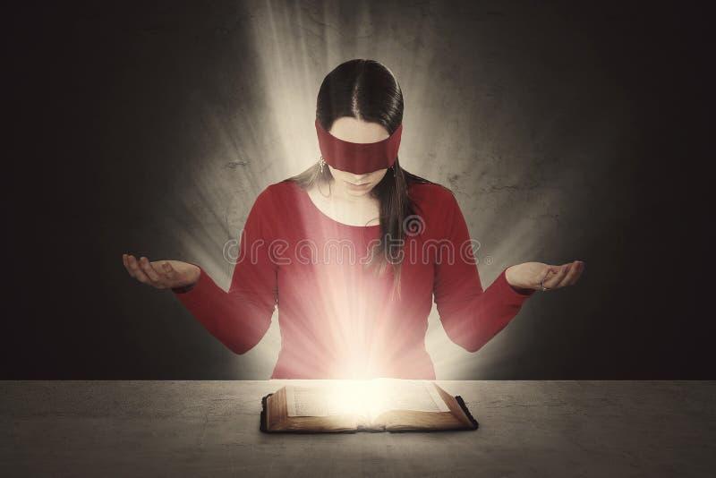 Bibellesung mit verbundenen Augen stockfotografie