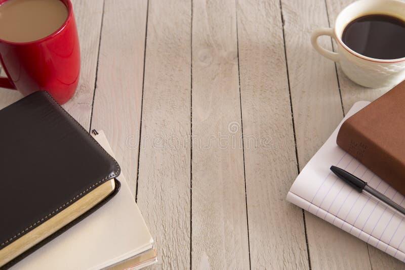Bibeln och en kopp kaffe royaltyfria foton