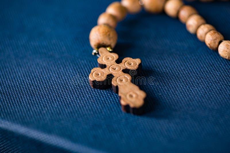 Bibeln och korset i religiöst begrepp royaltyfria foton