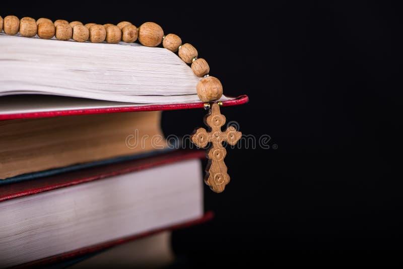 Bibeln och korset i religiöst begrepp arkivfoton