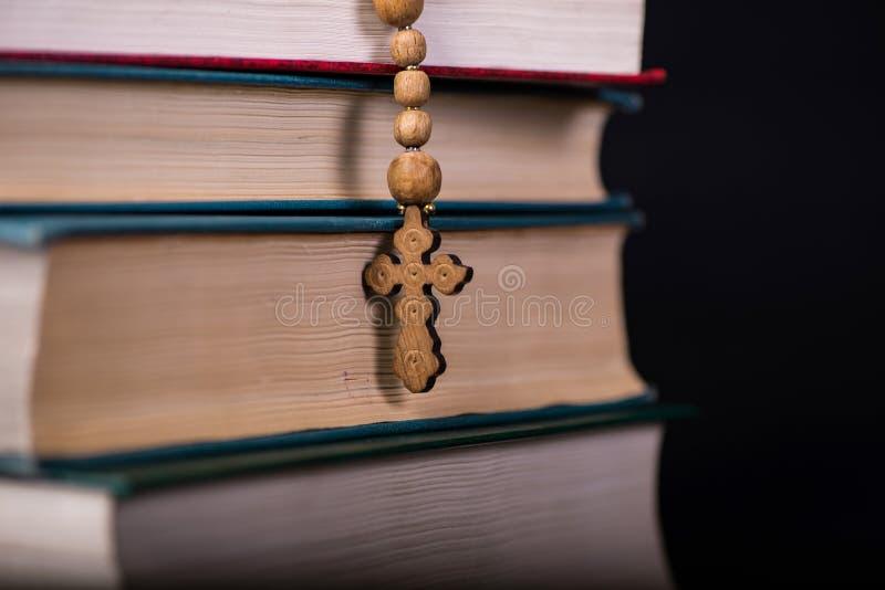 Bibeln och korset i religiöst begrepp royaltyfri fotografi