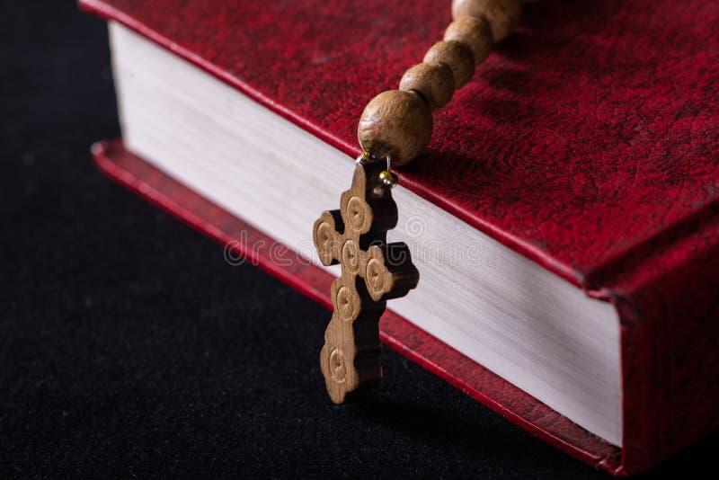Bibeln och korset i religiöst begrepp royaltyfri foto
