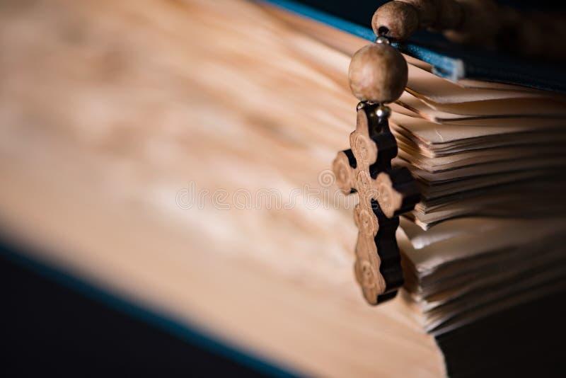 Bibeln och korset i religiöst begrepp arkivbilder
