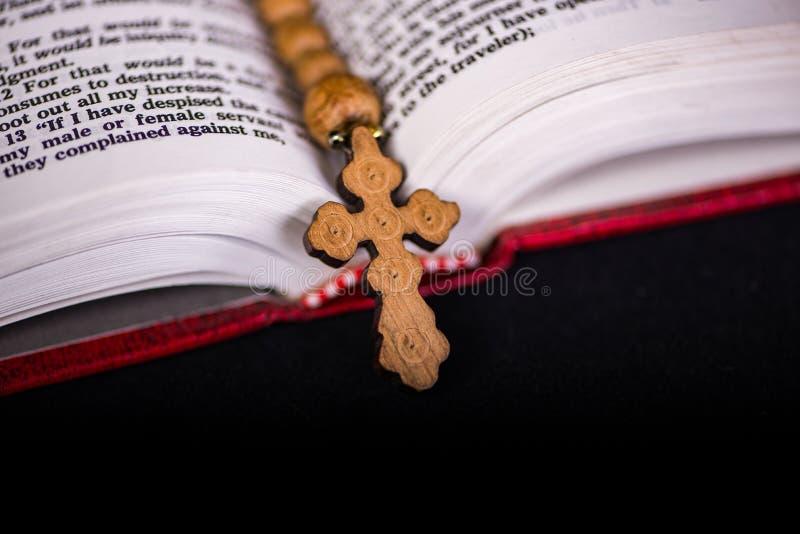 Bibeln och korset i religiöst begrepp arkivfoto