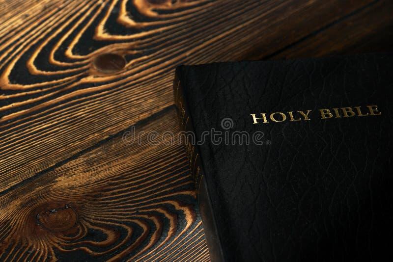 Bibeln på den gamla trätabellen, bästa sikt arkivbild