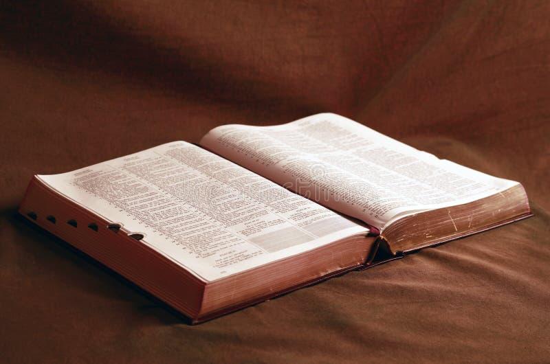 Bibeln som är öppen på tabellen arkivfoto
