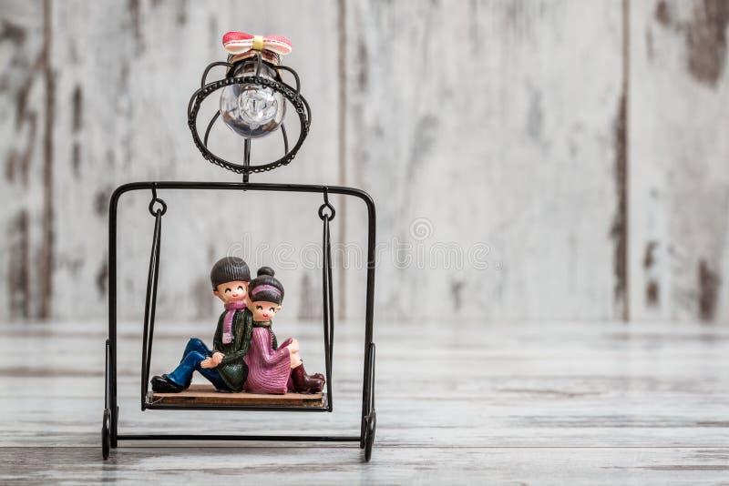 Bibelot mignon de couples sur le fond en bois blanc images libres de droits