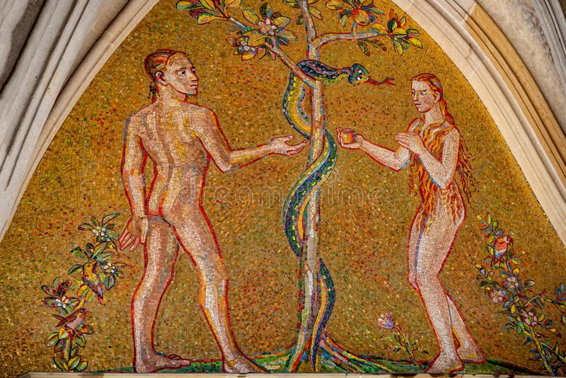 Bibelszene von Genese mit Adam und Eva am bedeutenden Eingangsportal des Heiligen Vitus Cathedral in Prag, Tschechische Republik lizenzfreie stockfotografie