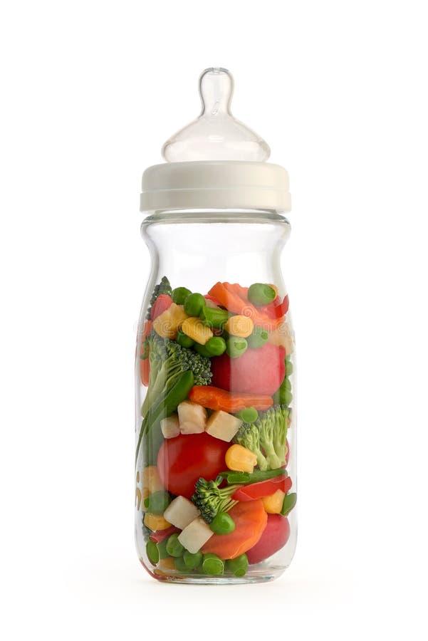 Biberón aislado que contiene verduras fotografía de archivo