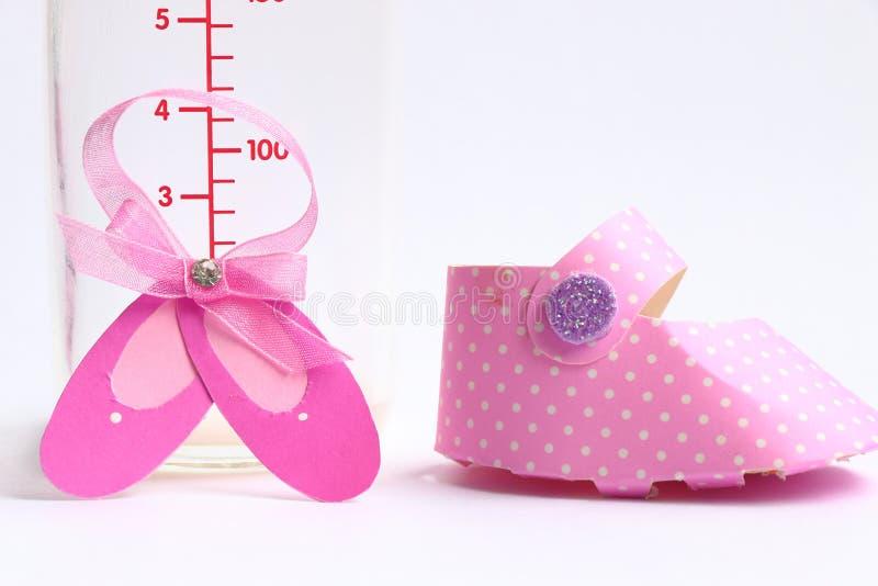 Biberon e scarpa rosa fotografia stock libera da diritti