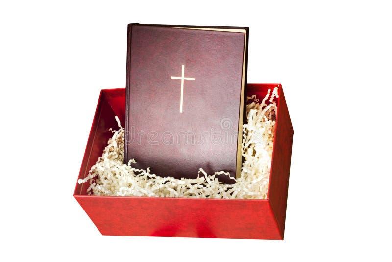 Bibile rojo en la caja de regalo con el papel que llena en el fondo blanco fotografía de archivo libre de regalías