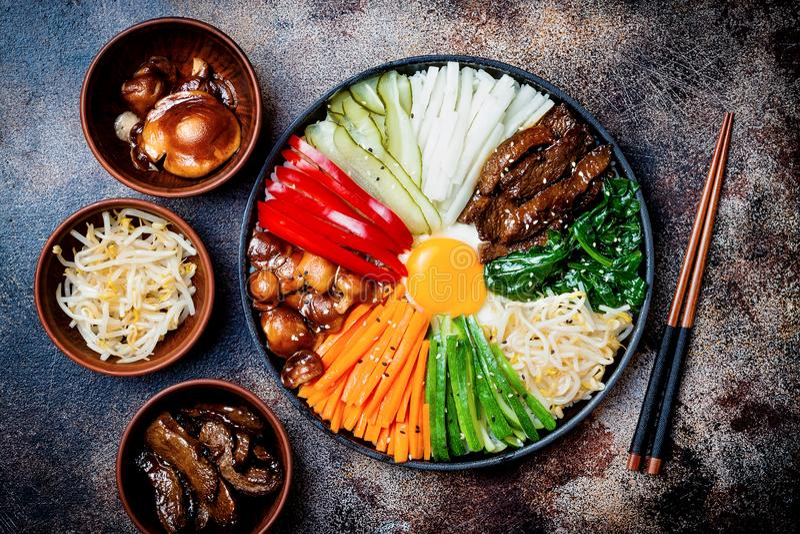 Bibimbap, παραδοσιακό κορεατικό πιάτο, ρύζι με τα λαχανικά και βόειο κρέας στοκ εικόνα με δικαίωμα ελεύθερης χρήσης