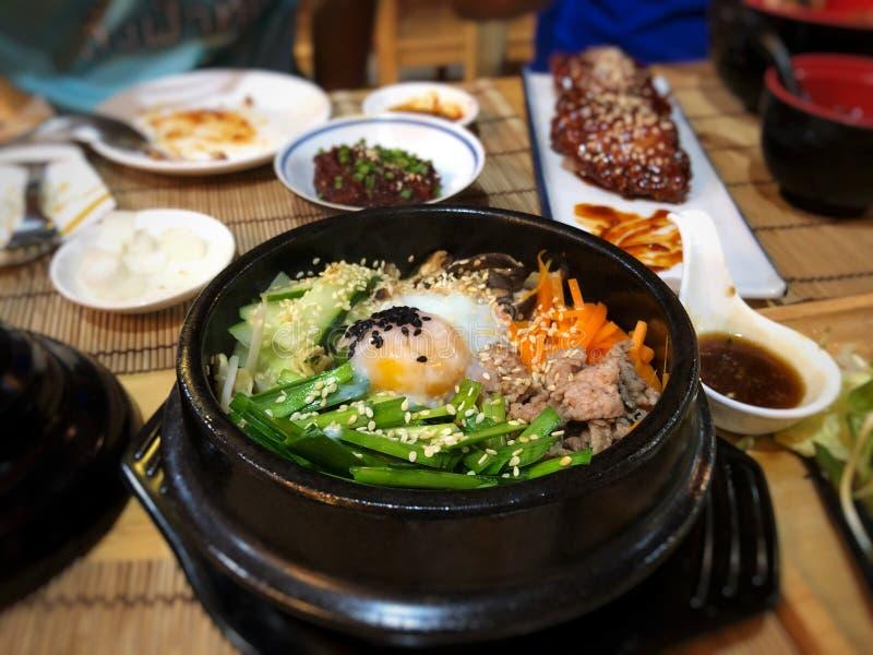 BIBIMBAP sunt äta Koreansk kulturmeny royaltyfria foton